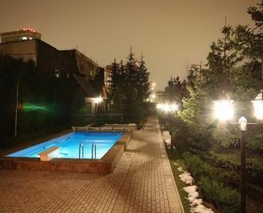 Вид от дома на бассейн